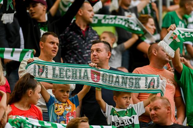 Kibice Lechii Gdańsk nie będą mogli wspierać piłkarzy podczas wyjazdowego meczu w Pucharze Polski w Wejherowie. Natomiast na najbliższe ligowe spotkanie na Stadionie Energa Gdańsk zorganizowane grupy dzieci i młodzieży mogą wejść za darmo.