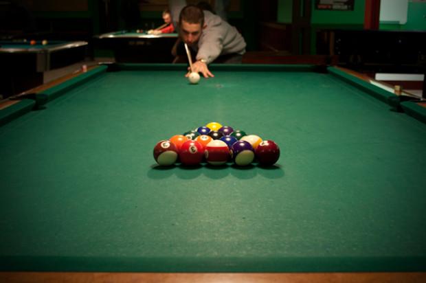 Bilard to gra towarzyska, w której można grać jeden na jednego lub dwóch na dwóch. To świetna forma spędzania wolnego czasu ze znajomymi.
