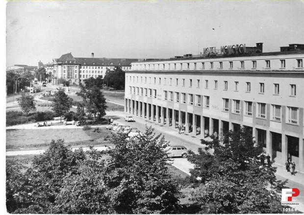 Rok 1964. Widok na plac Gorkiego - do 1953 roku nosił nazwę Sikorskiego - z nieistniejących kamienic przy ul. Karmelickiej. W ich miejscu stoi obecnie kompleks kinowy Krewetka. Warto zwrócić uwagę, że przy Wałach Piastowskich nie ma jeszcze budynku biurowca Zieleniak. Jego budowa ruszy w następnym roku, tj. 1965.