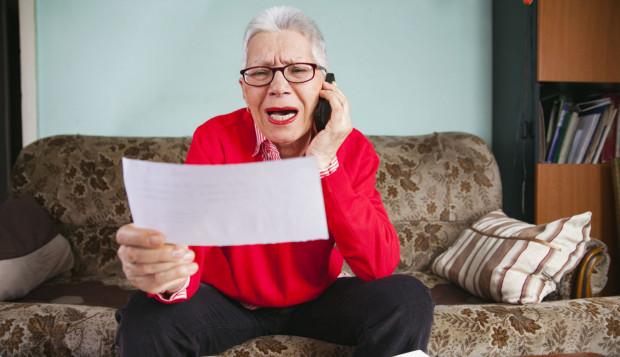 """Oszuści - by się uwiarygodnić - poprosili kobietę, żeby wybrała numer alarmowy i zweryfikowała """"akcję"""". 63-latka wybierając 997 nie zakończyła jednak połączenia. Słuchawkę przejął wówczas inny naciągacz."""