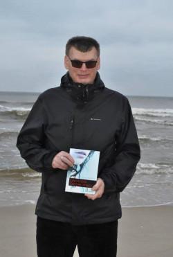 Tomasz Wandzel to urodzony w Głuchołazach w 1975 roku pisarz, radny i z zamiłowania turysta górski. Pisanie jest jego pasją, zawodowo zajmuje się administrowaniem sklepów internetowych. Wzrok stracił w wyniku postępującej jaskry w wieku 23 lat.