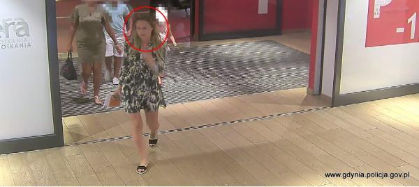 Kobieta poszukiwana w związku z kradzieżą ubrań ze sklepu.