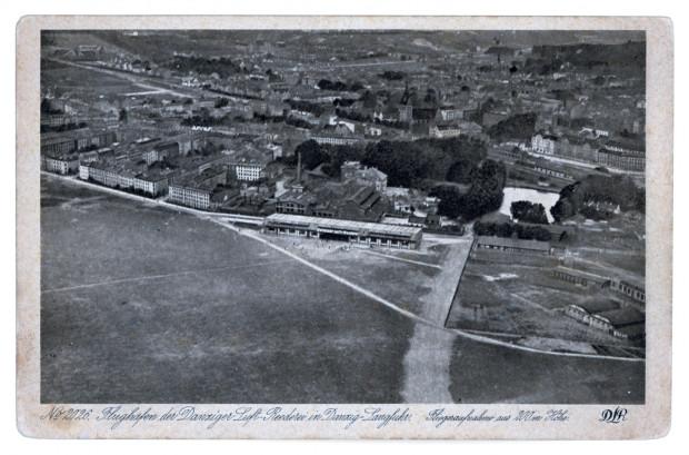Zdjęcie z początku lat 20., południowo-wschodni skraj dawnego Wielkiego Placu Ćwiczeń. Widać doskonale Labesweg i w centralnej części murowany hangar, wówczas użytkowany przez Danziger Luft-Reederei. Niżej, po prawej - podwójny hangar dawnej stacji lotniczej z 1913 r. Zbiory Krzysztofa Gryndera.