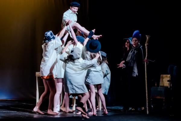 """Pierwszym musicalem Akademii Artystycznej był """"Oliver Twist"""", zrealizowany w 2015 roku z udziałem dzieci i młodzieży."""