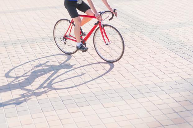 Jazda rowerem po chodniku jest dozwolona tylko wtedy, gdy są spełnione określone warunki.