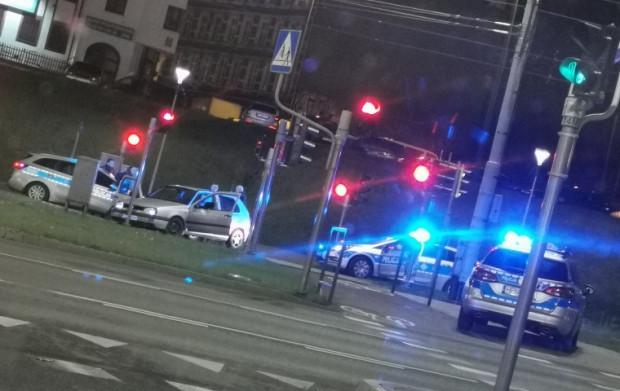 Policjanci oddali strzały w opony samochodu - w ten sposób unieruchomili auto.