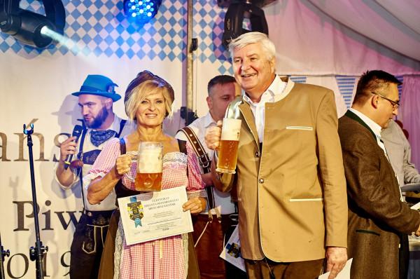 """Podczas sobotniej uroczystości odszpuntowano beczkę piwa """"Oktoberfest"""", uwarzonego specjalnie na tę okazję."""