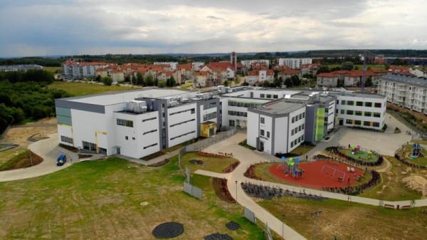 Teren szkoły metropolitalnej jest chętnie odwiedzany nie tylko przez uczniów.