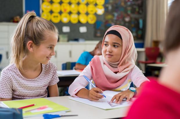 Kuratorium Oświaty przekonuje, że w sytuacji kiedy szkoła otrzyma co najmniej siedem zgłoszeń dotyczących danego przedmiotu - w tym przypadku z religii (określonego wyznania) i etyki w klasach (oddziałach) lub grupach międzyklasowych - musi zorganizować zajęcia.