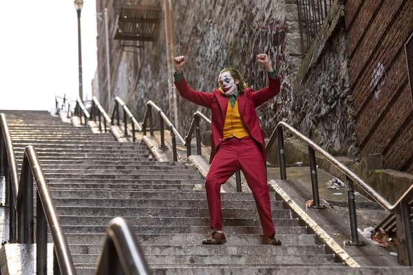 Ani Ledgerowi, ani Nicholsonowi nie udało się chyba tak mocno zintegrować z odgrywaną przez nich postacią Jokera jak właśnie Phoenixowi. To one-man-show, które powala na kolana i wręcz musi przynieść aktorowi co najmniej nominację do Oscara.