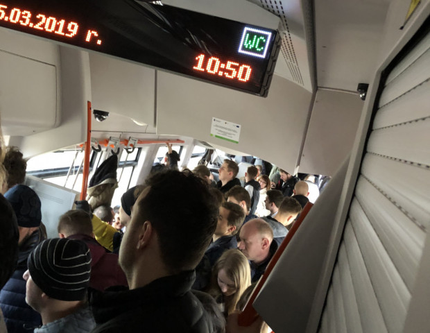 Pasażerowie PKM narzekają na tłok w pociągach - zwłaszcza w porannym szczycie komunikacyjnym. Ich zdaniem pociągów jest zbyt mało, są zbyt awaryjne i często się spóźniają.