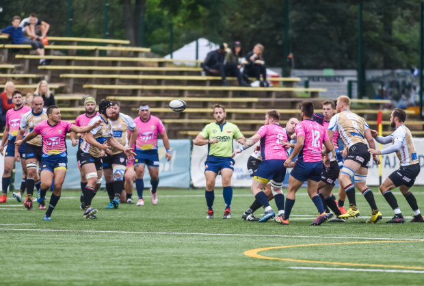 Wszystkie trójmiejskie drużyny rugby w 5. kolejce ekstraligi zagrają na wyjeździe. Mecz Ogniwa Sopot już po raz trzeci w tym sezonie będzie można obejrzeć na żywo w telewizji.