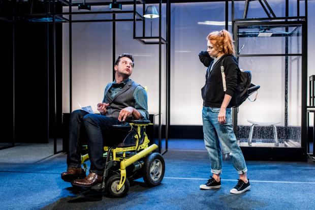 """Spektakl """"Koszt życia"""" pozwala przyjrzeć się relacjom dwójki niepełnosprawnych z osobami pełnosprawnymi. Na zdjęciu Konrad Michalak i Karolina Bacia."""