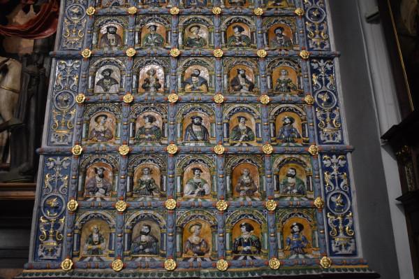 Piec zdobią kafle z wizerunkami władców ówczesnej Europy. Każdy z nich został zaprezentowany w różnych wersjach kolorystycznych.