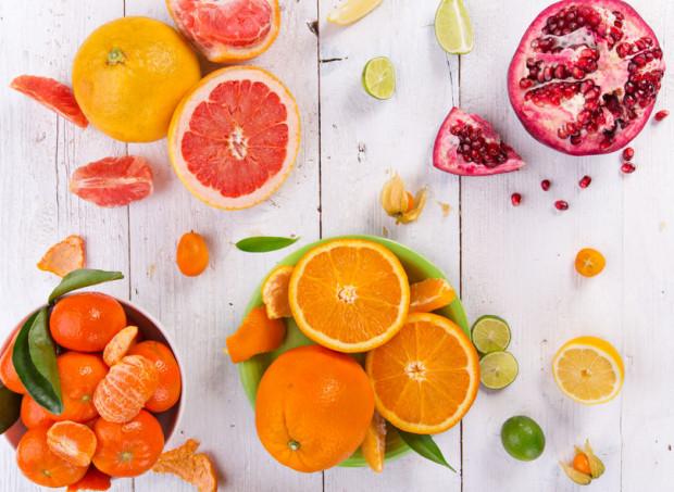 Soki mają kilka zalet, ale w diecie większości z nas lepiej wybrać świeże warzywa i owoce zamiast płynnego soku.