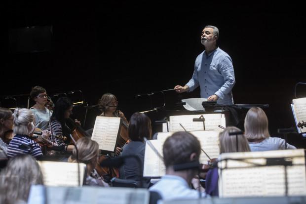 Orkiestrę, tak jak podczas brazylijskiej prapremiery w São Paulo, poprowadzi zza pulpitu dyrygenckiego maestro José Maria Florêncio.
