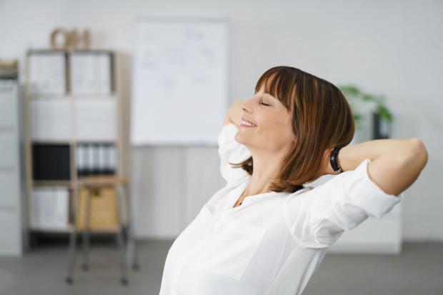 Pracownicy za uśmiech w kontakcie z klientem zyskują punkty, które wymieniają na vouchery do sklepów online. Za uśmiechy klienta zbierane są także drobne kwoty na cele charytatywne, które pracownik sobie ustalił.