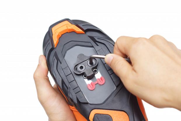 W sklepie rowerowym, oprócz samych butów, należy zakupić też zestaw z pedałami i wpięciami do obuwia.