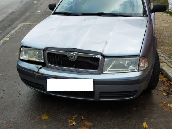 Policjanci ustalili, że kierująca skodą podczas parkowania uszkodziła dwa inne samochody i uciekła z miejsca kolizji. Funkcjonariusze szybko ustalili gdzie kobieta uciekła, pojechali tam i zbadali ją alkomatem.