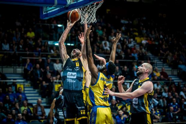 Witalij Kowalenko (z lewej, Trefl Sopot) i Leyton Hammonds (w środku, Asseco Arka Gdynia) podzielili się wrażeniami przed 3. kolejką Energa Basket Ligi.