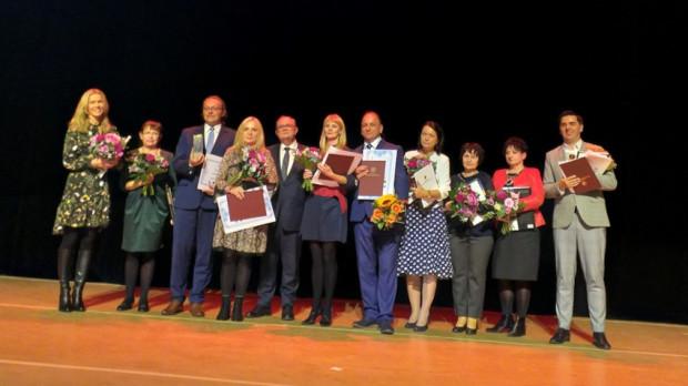 Finaliści konkursu Nauczyciel Pomorza 2019. Główną nagrodę i tytuł Nauczyciela Pomorza 2019 otrzymał Robert Cyrta (na zdjęciu trzeci od lewej strony).