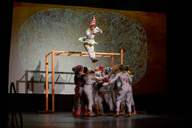 Występujący w przedstawieniu instruktorzy Akademii Artystycznej w Gdańsku oprócz tańca i śpiewu, popisują się ewolucjami na kilkumetrowej konstrukcji i elementami gimnastyki akrobatycznej.