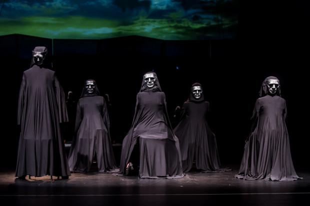 """Teatr Miejski wprowadził do repertuaru nowy spektakl muzyczny """"Czarne wdowy"""", w którym usłyszeć można aż 17 piosenek napisanych do melodii znanych włoskich utworów."""