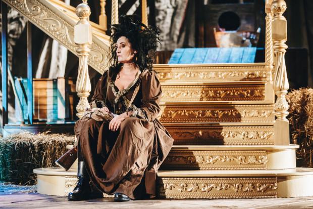 Świetnie wyglądają kostiumy autorstwa Zofii de Ines. Na zdjęciu Marzena Nieczuja-Urbańska.