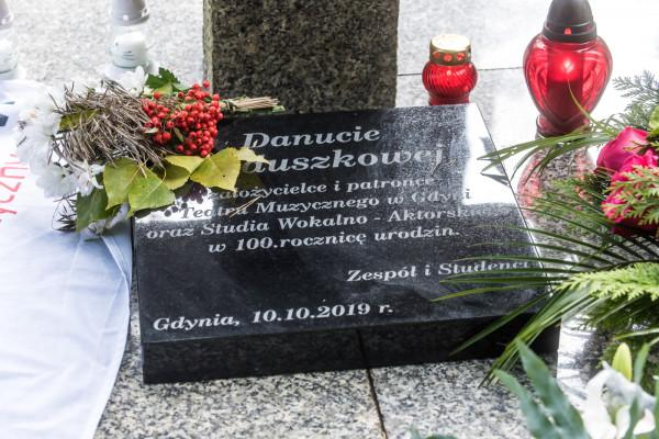 Na Cmentarzu Witomińskim odsłonięto pamiątkową tablicę poświęconą patronce Teatru Muzycznego w Gdyni.