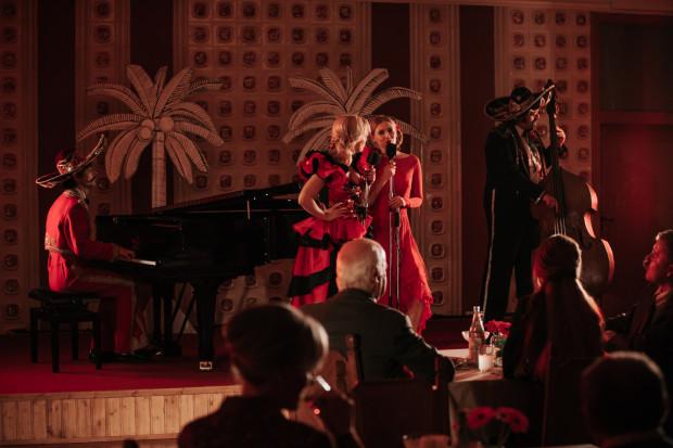 """Gdyby Maciej Pieprzyca był pianistą, to podczas Jazz Jamboree w starciu z oryginalnym Mietkiem Koszem jego """"Ikar"""" nie miałby szans. Filmowej biografii brakuje nieco szalonej improwizacji, ale nie zmienia to faktu, że mamy do czynienia z jednym z lepszych muzycznych filmów w ostatnim czasie w polskim kinie."""