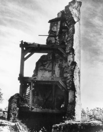 Ruiny wieży Twierdzy Wisłoujście na zdjęciu z połowy lat 50.