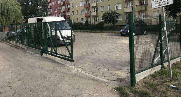 Ogrodzenie parkingu, z którego korzystali mieszkańcy wspólnoty z bloku przy ul. Młyńskiej 17, powstało z inicjatywy Gdyńskiej Spółdzielni Mieszkaniowej.