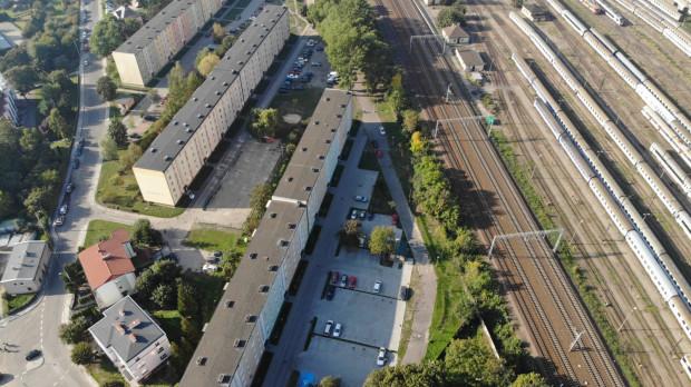 Zdjęcie lotnicze obrazujące sytuację przy ul. Młyńskiej. Parking dla bloku nr 25 znajduje się najbliżej torów.
