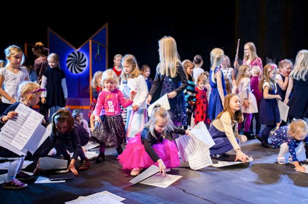 Bardzo dobrym pomysłem było zaproszenie dzieci na scenę do wspólnego sprzątania nut.