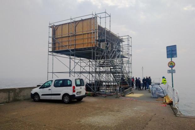 Wysoka konstrukcja dla filmowców budowana jest na pirsie bulwaru Nadmorskiego.