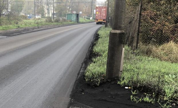 Zdaniem naszego czytelnika ciężarówki przewożące węgiel są czarne od pyłu, co wpływa na widoczność ich świateł. Z kolei ślady węgla ciągną się od ul. Ku Ujściu aż do ronda przy tunelu pod Martwą Wisłą.