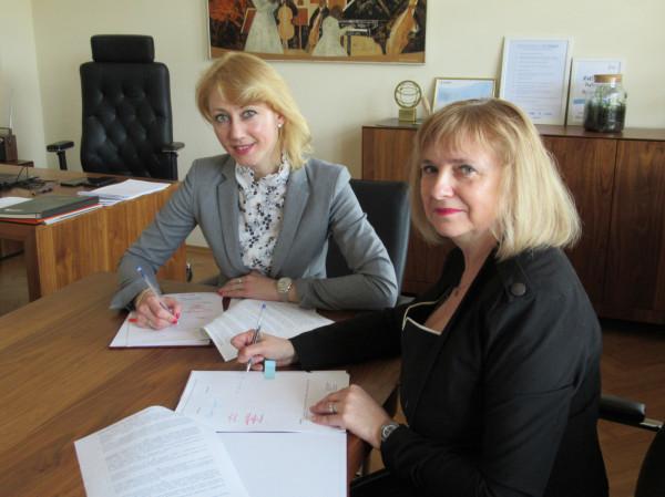 Podpisanie umowy dotyczącej prowadzenia warsztatów edukacyjnych przez wiceprzewodniczącą Okręgowej Izby Pielęgniarek i Położnych w Gdańsku Marzenę Olszewską-Fryc oraz członkinię Zarządu Województwa Pomorskiego Agnieszkę Kapałę-Sokalską.