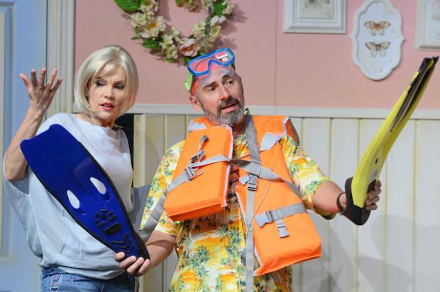 """Jak leczyć stagnację w związku małżeńskim? Spektakl """"Skok w bok"""", grany gościnnie 8 grudnia na Scenie Teatralnej NOT podsuwa pewną możliwość."""