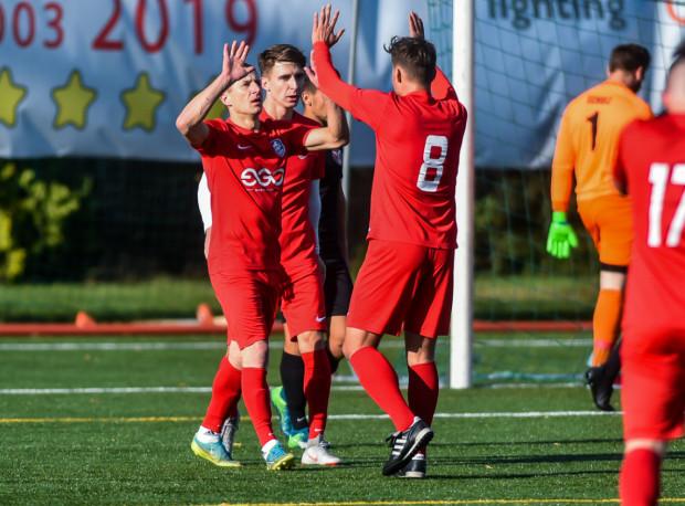 Piłkarze Sopockiej Akademii Piłkarskiej trenują raz w tygodniu. Mimo to awansowali do V ligi w dwa lata, a obecnie nie przegrali jeszcze ani jednego meczu.