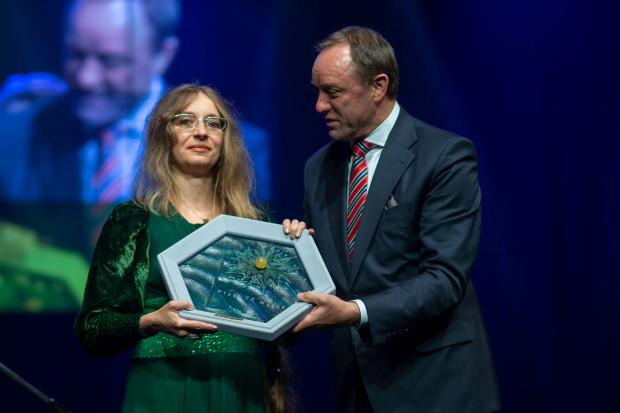 """Laureatką Literackiej Książki Roku 2018 została Monika Milewska za książkę """"Latawiec z betonu"""" poświęconej najdłuższemu, liczącemu 860 metrów, falowcowi w Polsce, mieszczącemu się przy ul. Obrońców Wybrzeża w Gdańsku."""