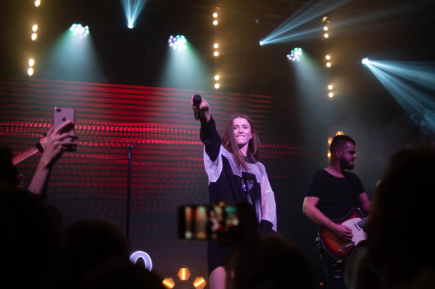 Koncerty Roksany Węgiel to dopracowane show, w którym piosenki przeplecione są krótkimi wstawkami filmowymi.
