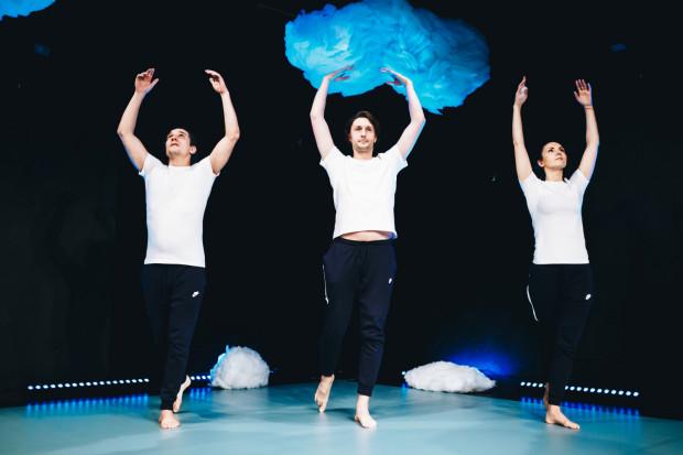 Na pustym dywanie przez większość przedstawienia podziwiamy abstrakcyjne działania trójki aktorów. Od lewej: Piotra Srebrowskiego, Piotra Kłudki i Edyty Janusz-Ehrlich.