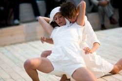 """W spektaklu odnajdziemy charakterystyczne dla Dady von Bzdülöw elementy tańca - fizyczne działania na bardzo dużym kontakcie, """"dadaistyczne"""" figury czy nietypowe układy i konstrukcje ludzko-ludzkie (na zdjęciu Anna Steller - z przodu - i Katarzyna Chmielewska)."""