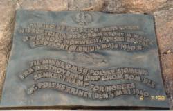 """Tablica upamiętniająca ofiary zatopienia """"Groma"""" w Norwegii."""