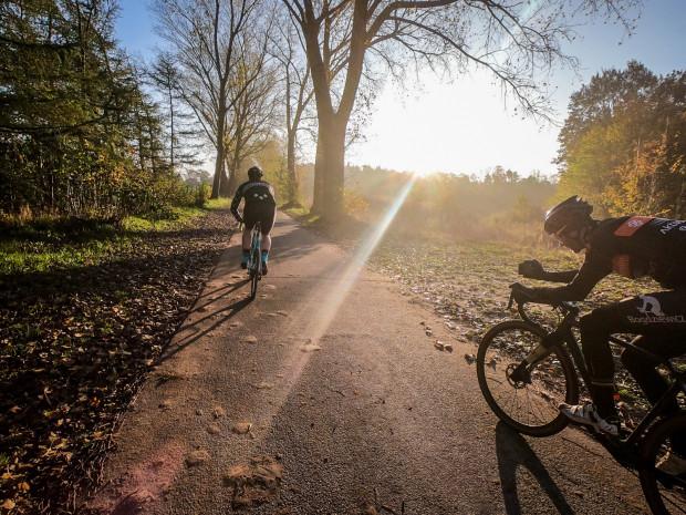 Jesienią nie wtrącaj roweru do piwnicy - będzie jeszcze wiele okazji, aby dosiąść swojego jednośladu.