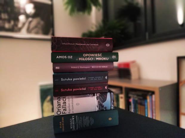 """O swoim """"książkowym stosiku hańby"""", w którym znajdują się pozycje, które kiedyś zaczęła czytać i z różnych powodów nie skończyła, opowiedziała nam Małgorzata Oliwia Sobczak."""