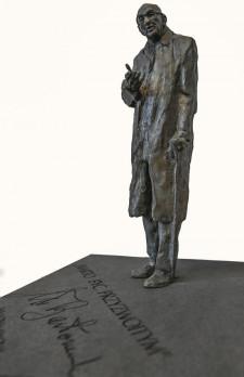 Wykonana z brązu statua stanie na granitowym postumencie. Całość będzie ważyć ponad tonę.
