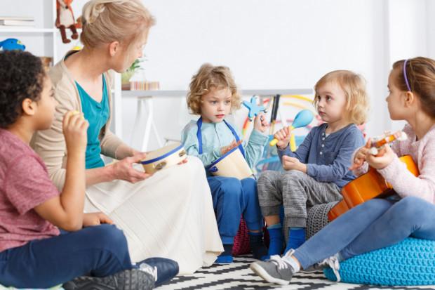 Jednym z zadań organu prowadzącego szkołę jest określanie w drodze regulaminu wysokości stawek i szczegółowych warunków przyznawania nauczycielom dodatków funkcyjnych.