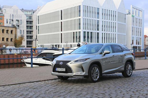 Cennik bazowej wersji RX 300 rozpoczyna się od kwoty 265 900 zł. Za hybrydowe 450h trzeba dopłacić niespełna 60 tys. zł.