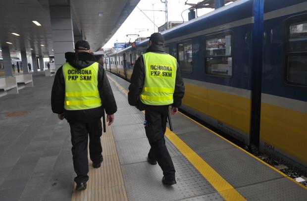 Ochrona kolei na przystanku Gdańsk Śródmieście. Pracownicy agencji wspierają funkcjonariuszy SOK SKM.